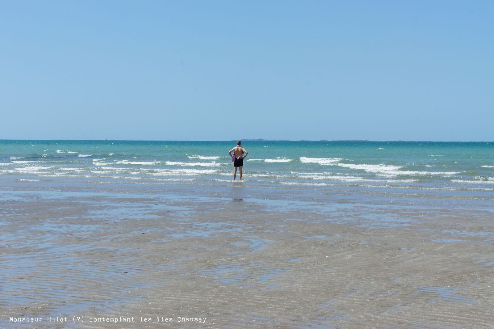 M. Hulot (?) contemplant les îles Chausey