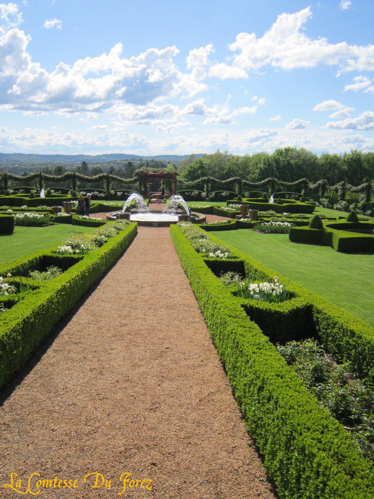 Ce jardin à la française, situé au centre du Périgord noir, se décline dans toutes les teintes de vert : ifs, buis, charmes et cyprès sont les essences principales du jardin. Les formes très géométriques et les allées très rectilignes, rappellent le style d'origine.