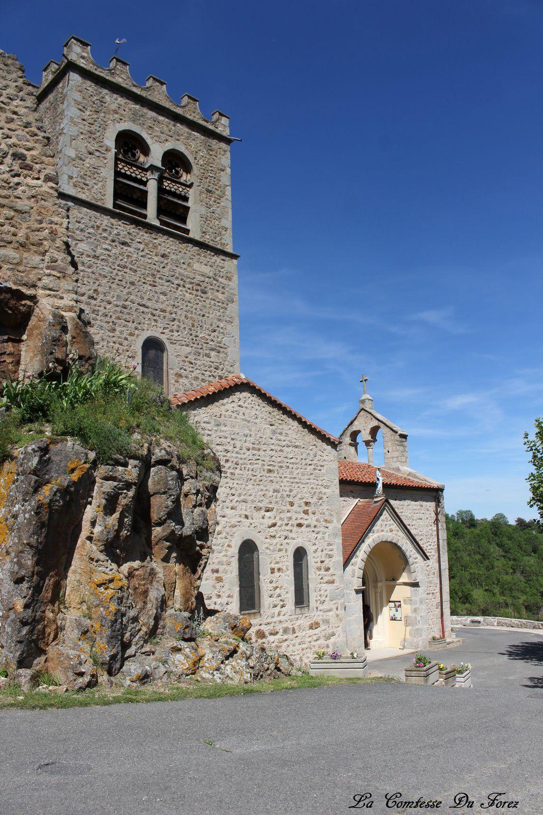 Au pied du château se tient cette petite église.....