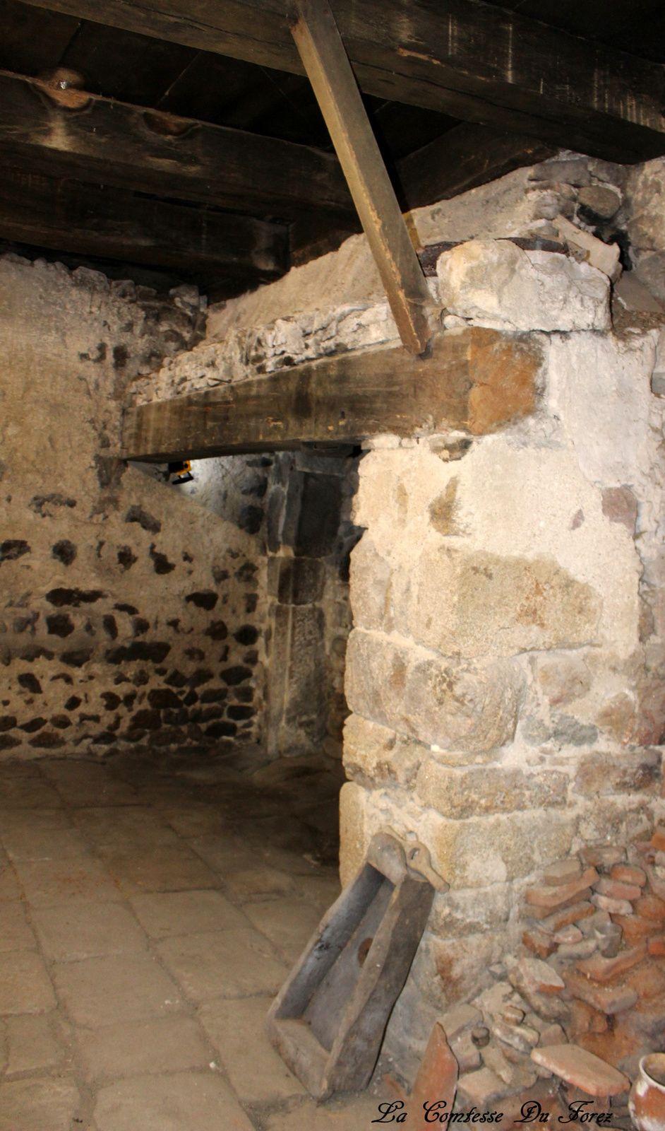 dans une petite pièce avec cette imposante cheminée