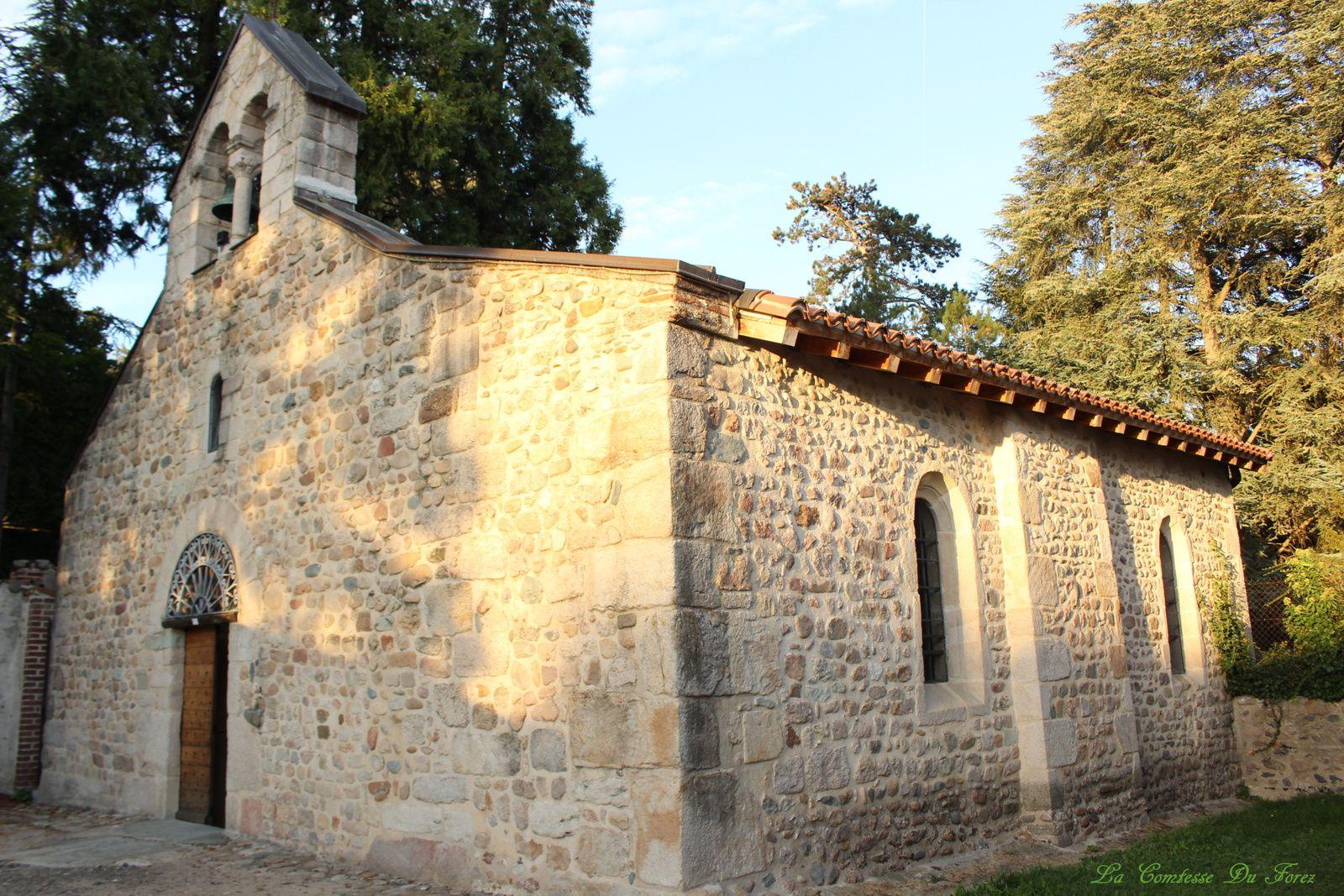 la chapelle est surmonté d'un campanile