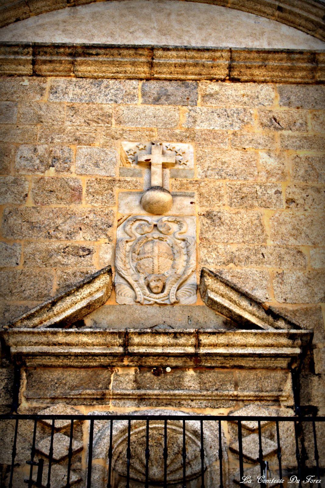 La Chartreuse se présente sous la forme d'un mur de 115 mètres de long, flanqué de tours à chaque extrémité. Au centre l'entrée principale permet de pénétrer dans la première cour ou Cour des Frères. À l'origine le mur était aveugle, seulement percé de meurtrières. Leur forme rappelle le blason de l'ordre des chartreux : le globe surmonté de la Croix. Son aspect actuel date du XVIè siècle.