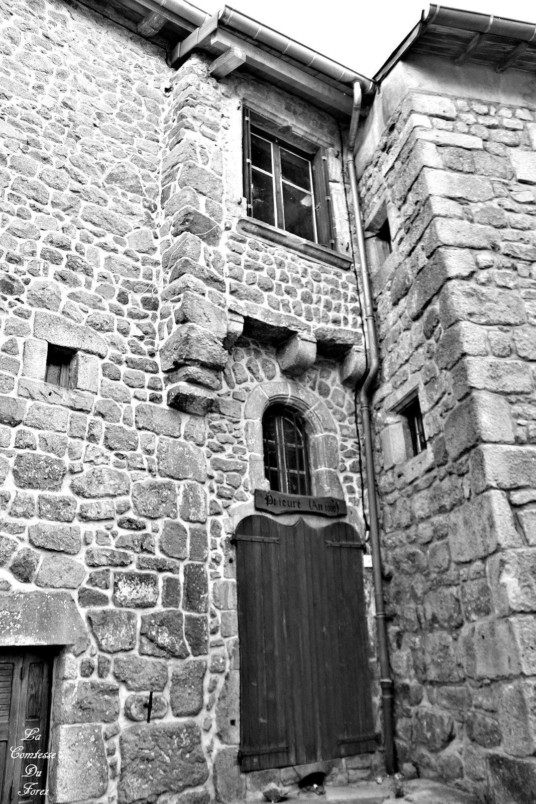 LE PRIEURE DE L'AN MIL qui cache une tour carrée, abritait trois moines de l'Ordre Clunisien de Sauxillages.