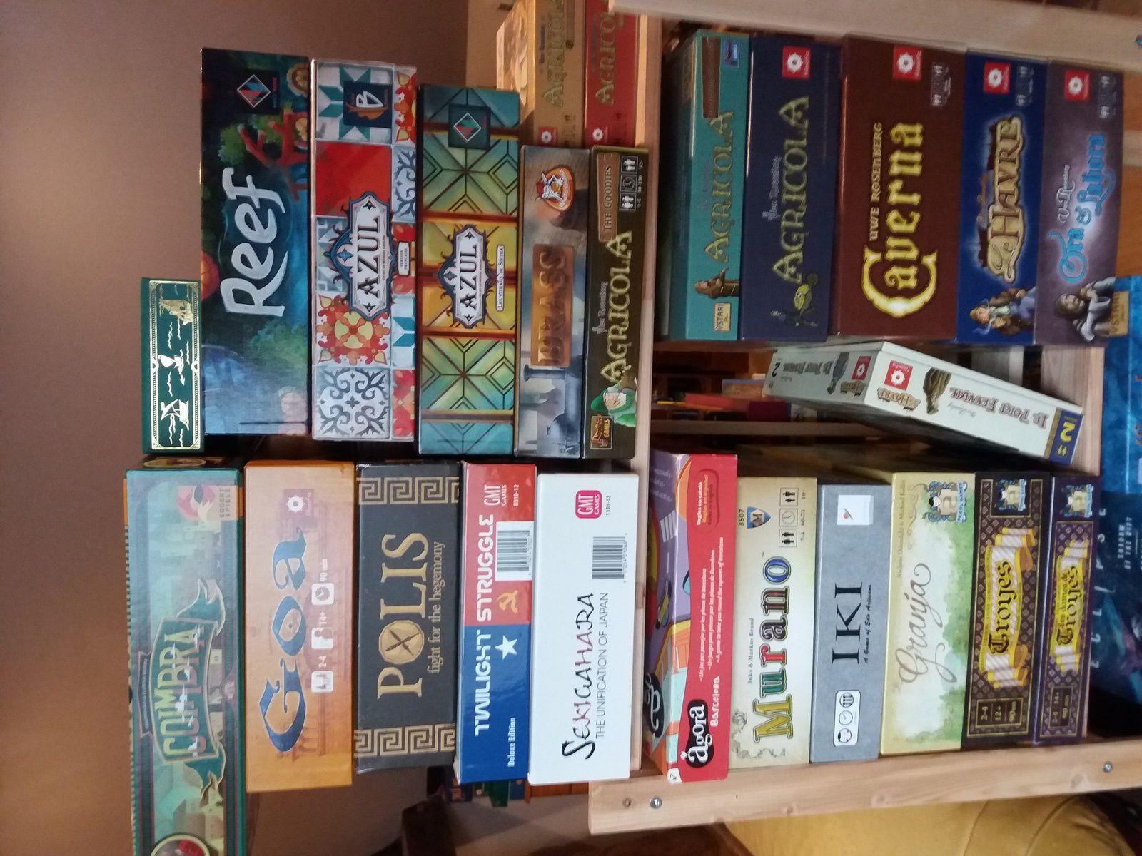 Quatrième étagère, partie supérieure : on y voit entre autres tous mes jeux d'Uwe Rosenberg et deux gros jeux GMT Games