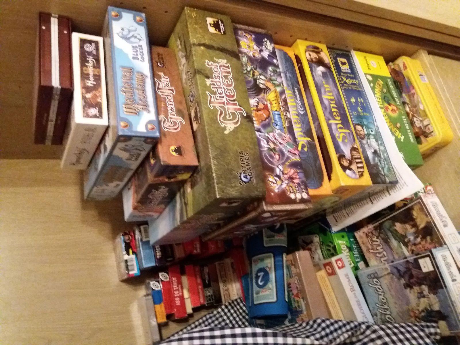 A gauche, les jeux de cartes (et ça s'entasse déjà !)