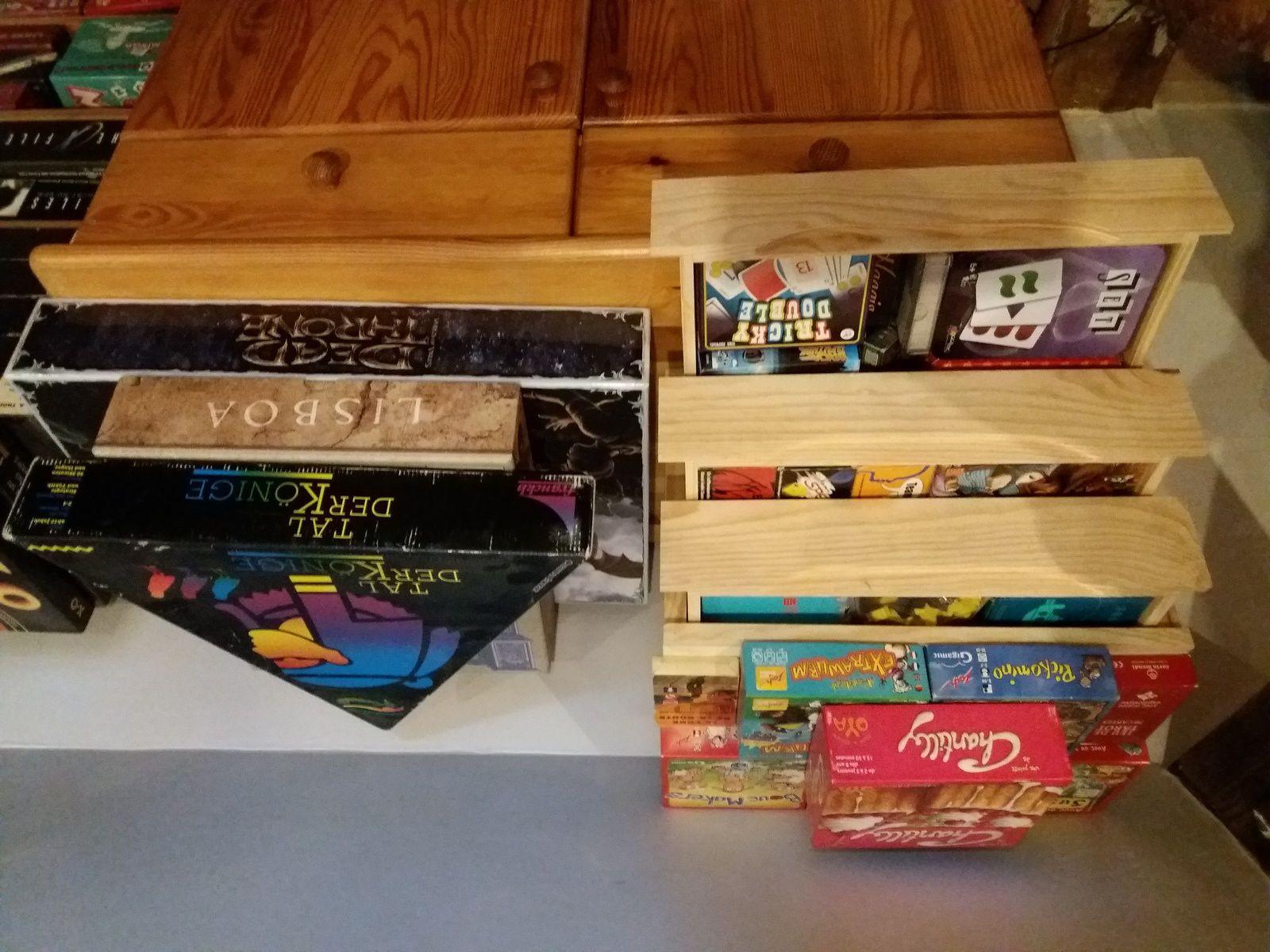 La commode de gauche avec la petite boîte à 3 tiroirs abritant les jeux de cartes