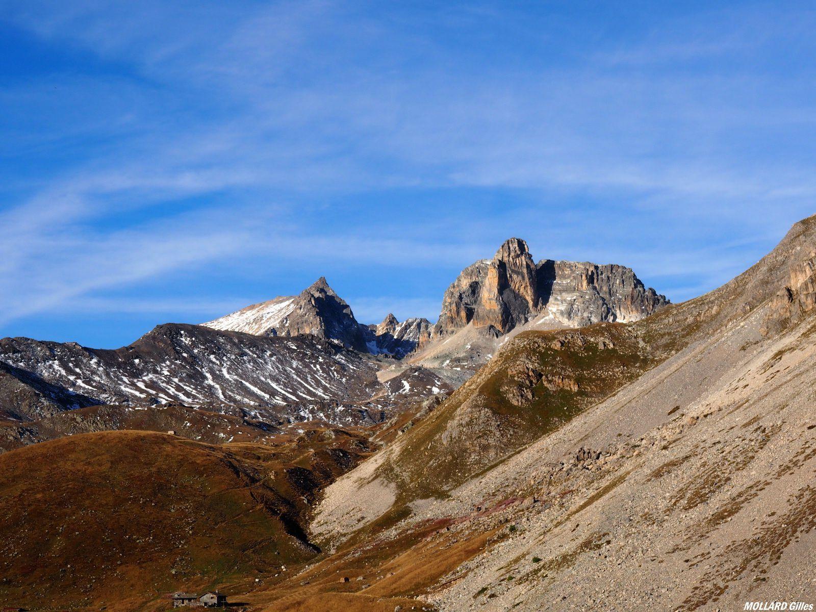 sur cette photo, à gauche (dans la neige) le mont Thabor et sa chapelle, et à droite le Cheval blanc