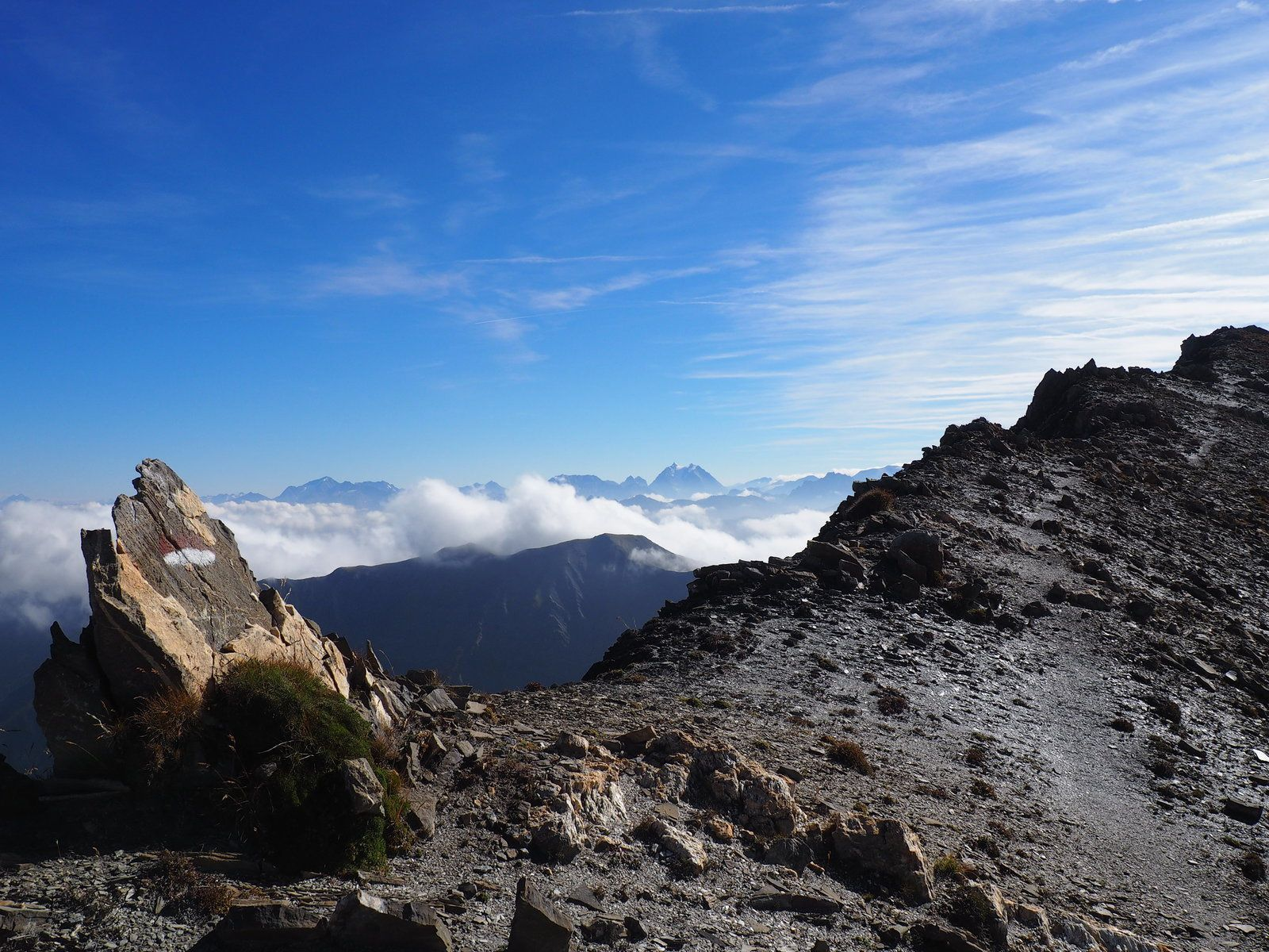 Le Grand Coin 2730m depuis le col du Chaussy ou La Haut Rando au dessus des nuages.