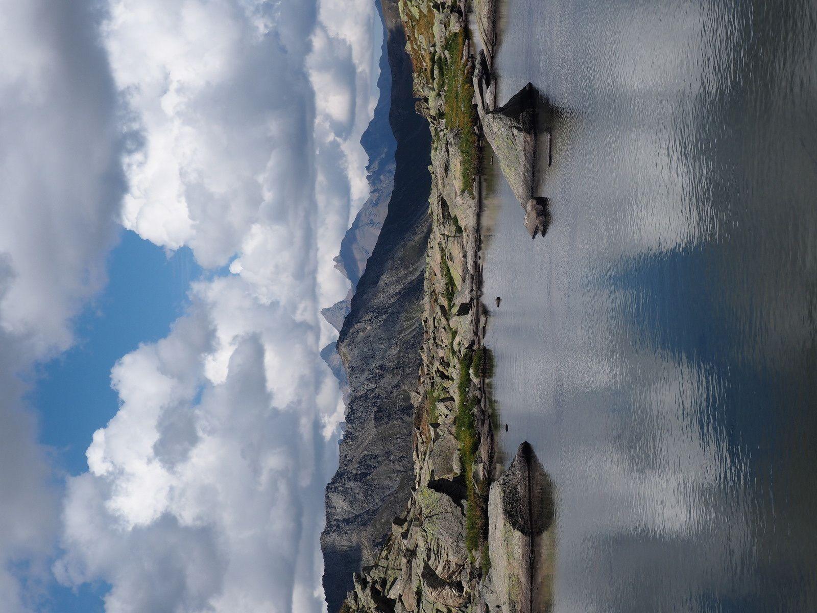 Magnifique lac posé au milieu de nulle part ,avec les Aiguilles en fond.