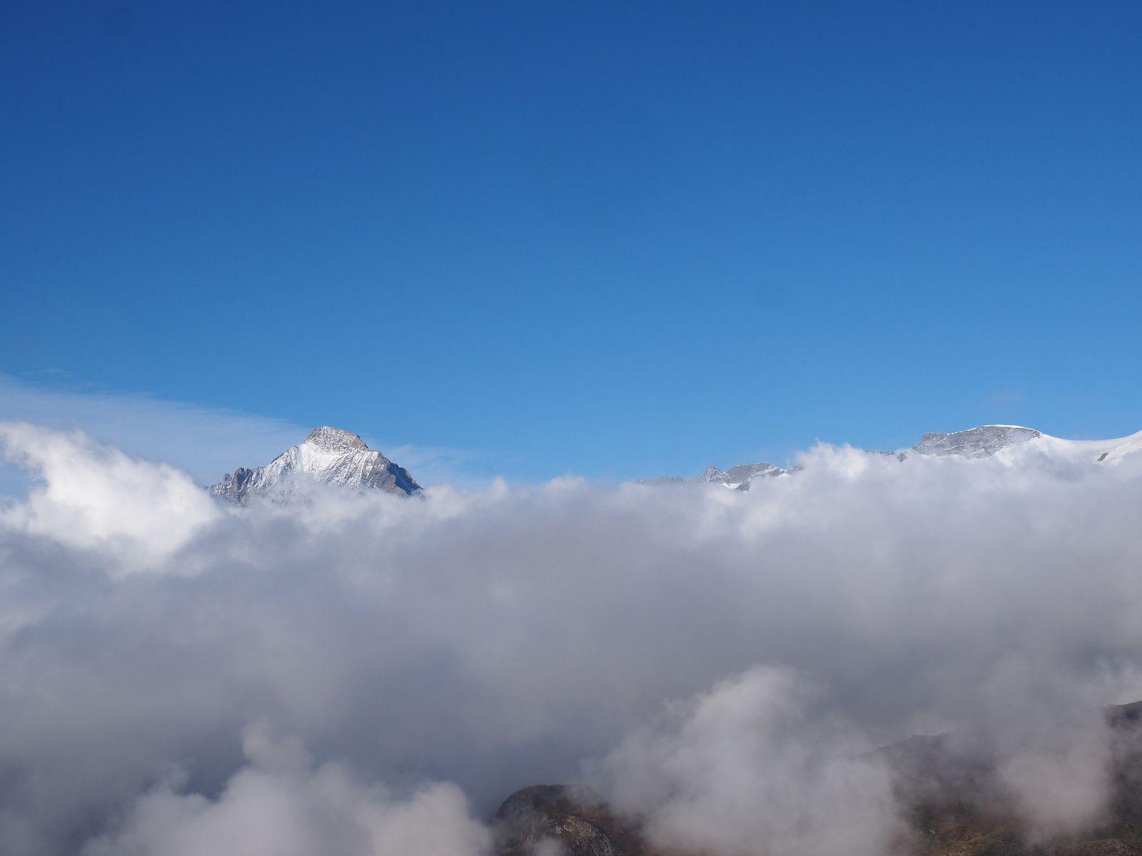 Sa majestueuse dent Parrachée au dessus des nuages.