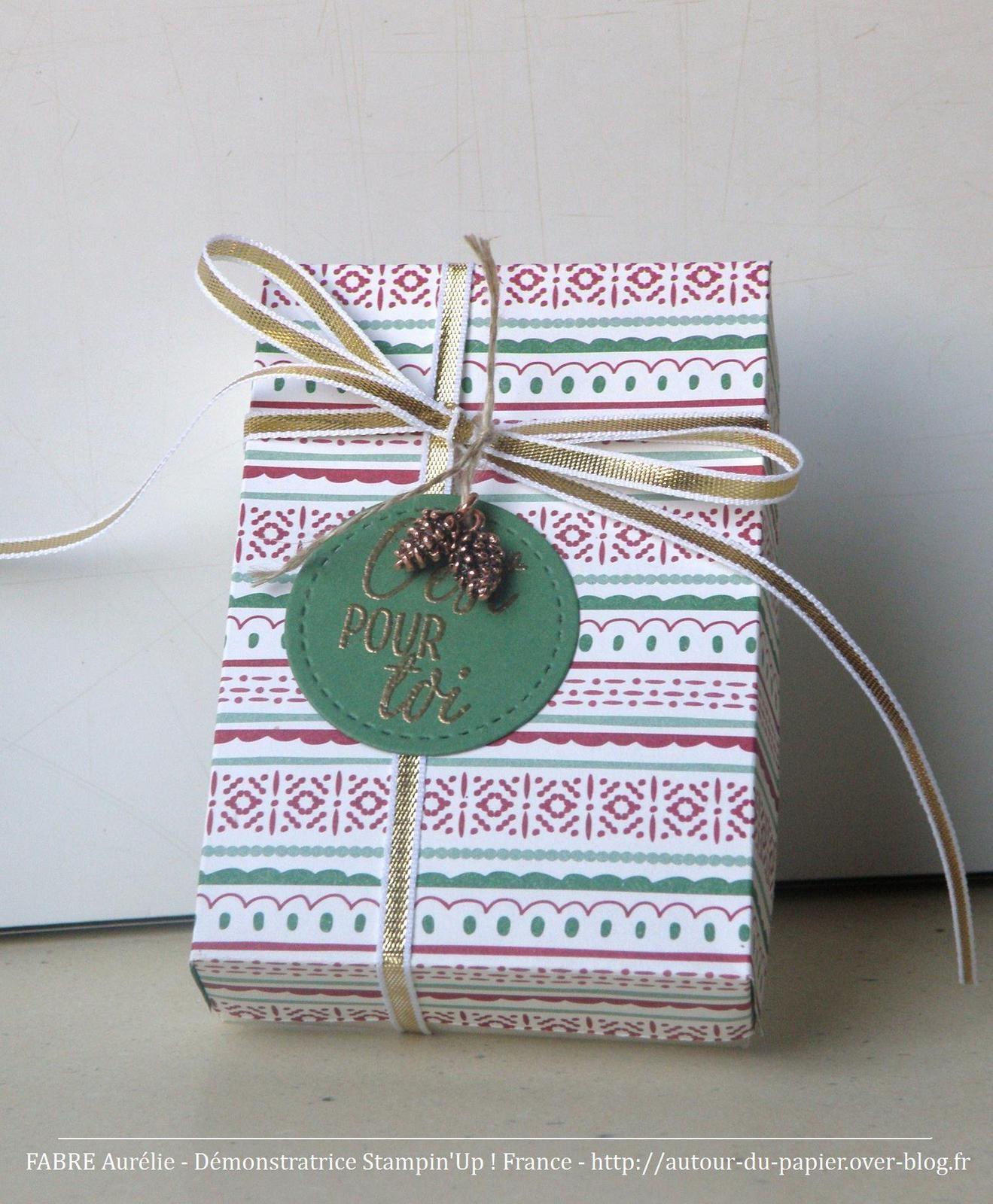 Papier Très Vanille, Spécialité Pour Noël, Vert Jardin. Embossage Or. Ruban or 1/8, fil de lin naturel et Embellissements Pommes de pin