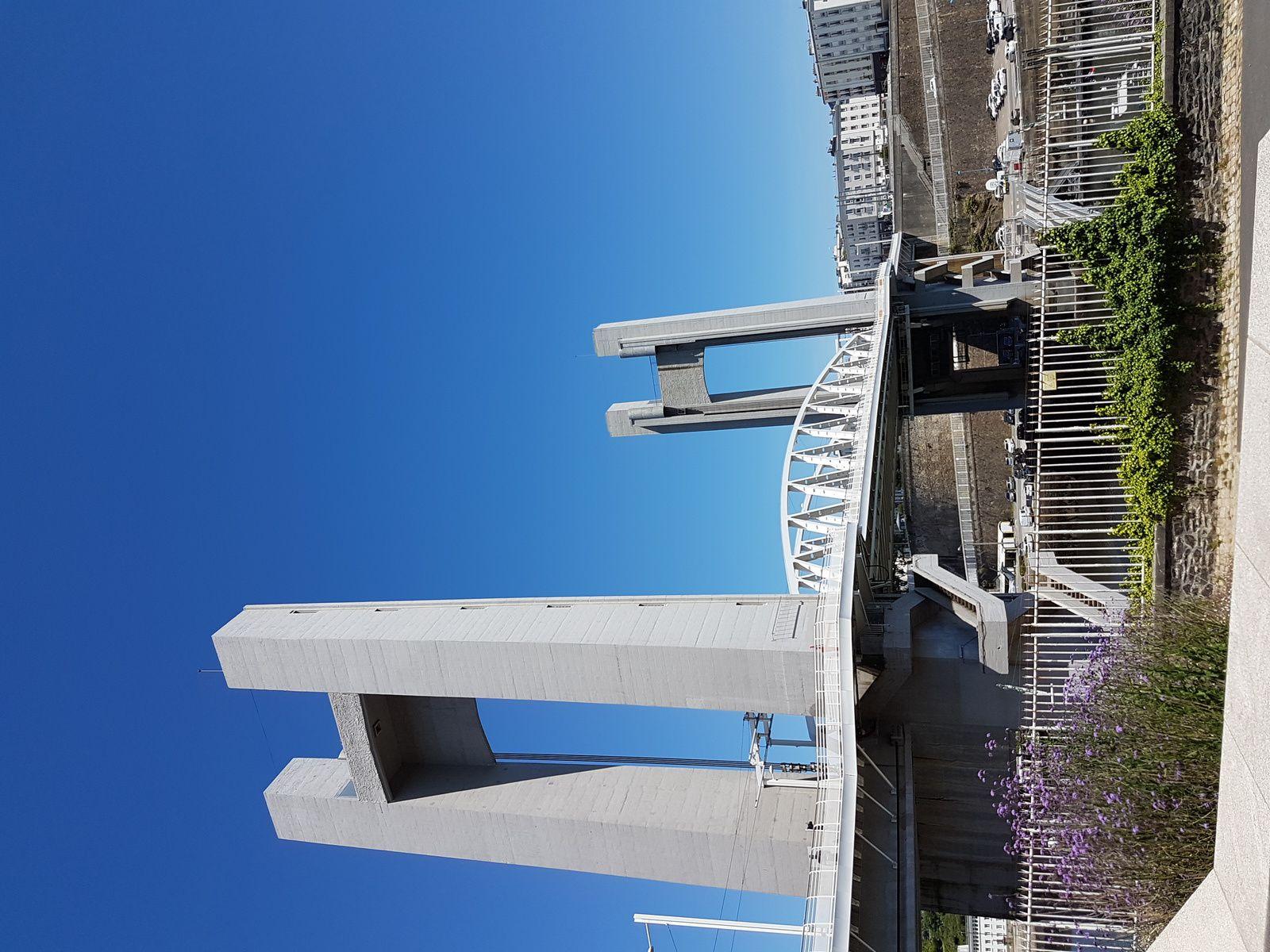 la tour Tanguy, le Shabab d'Oman II et le pont de Recouvrance à Brest