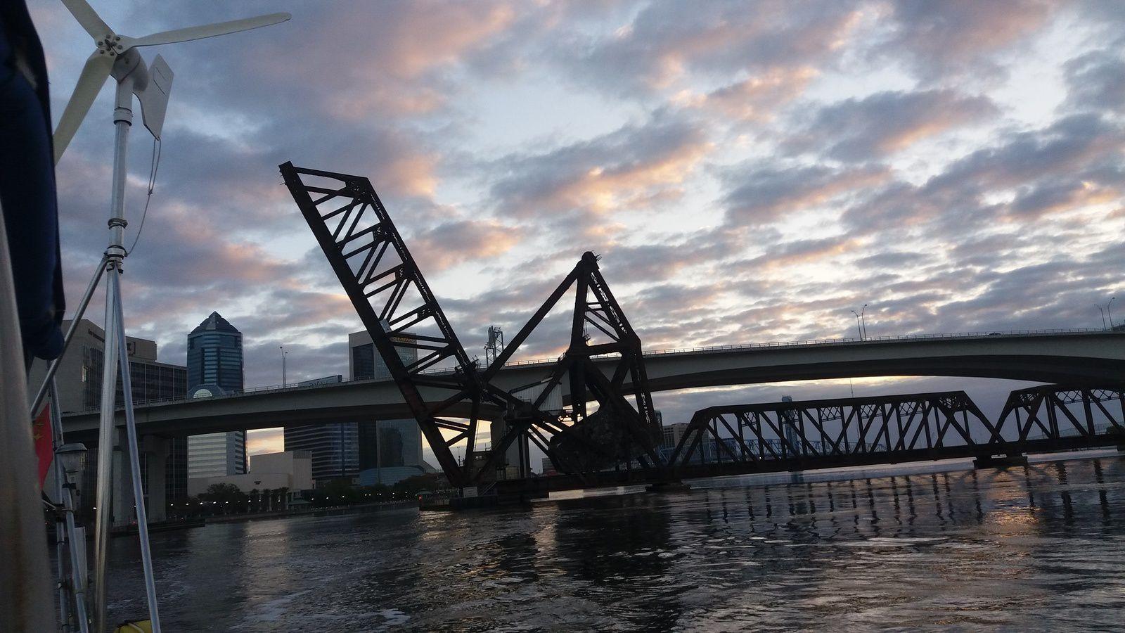 Pont de voie ferrée à Jacksonville, est abaissé uniquement lors du passage des convois