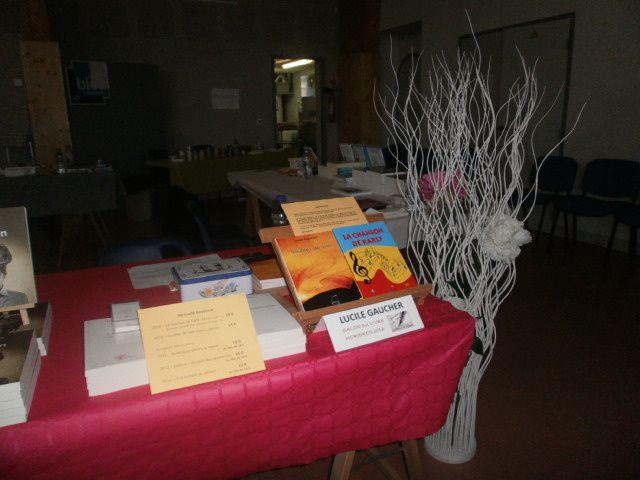 à droite de mon stand à Morières-lès-Avignon : la couverture du recueil de nouvelles et de l'opus La chanson de Karly
