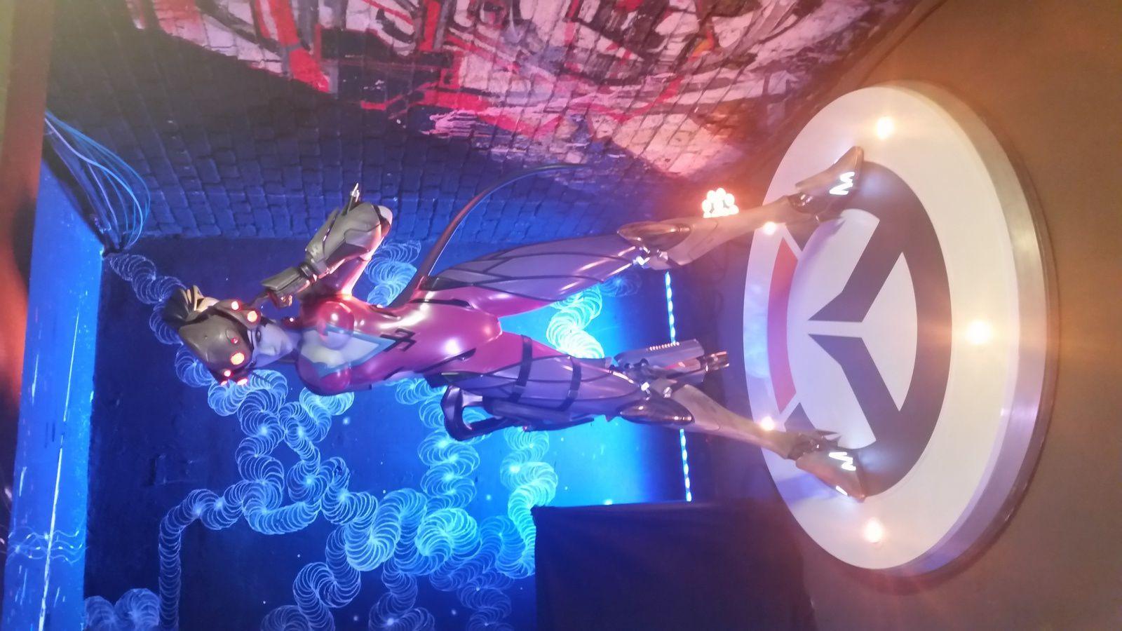 (Photos prises lors de la soirée Overwatch All Stars au Palais de Tokyo avec Fatale 😁 et Tracer 😍 )