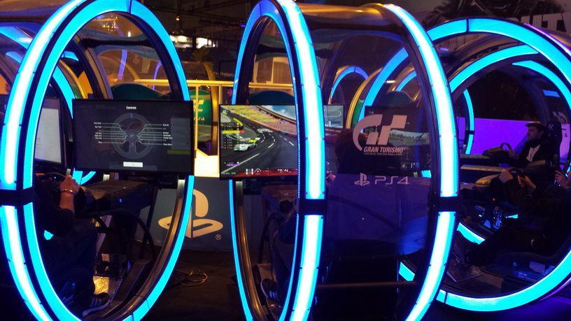 Le très grand stand Sony PlayStation avec un parc de PSVR de dingue