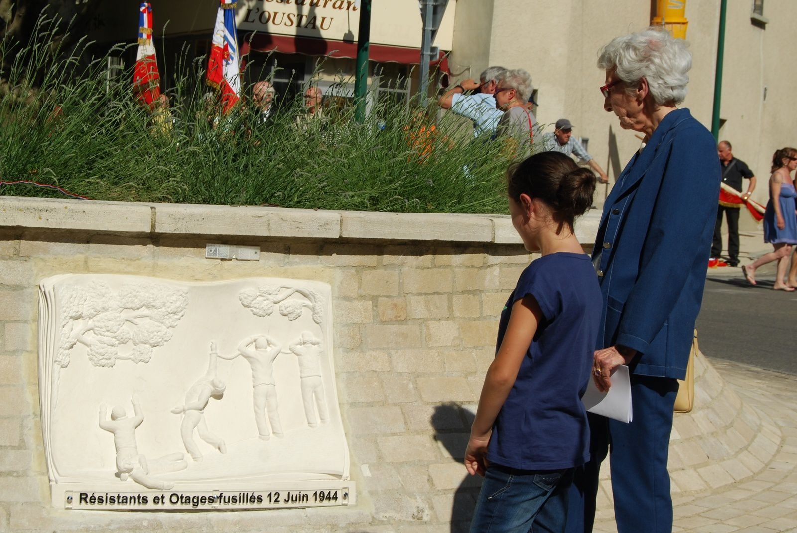 Raymonde d'Isernia  devant la sculpture du rond Point du 12 juin 1944