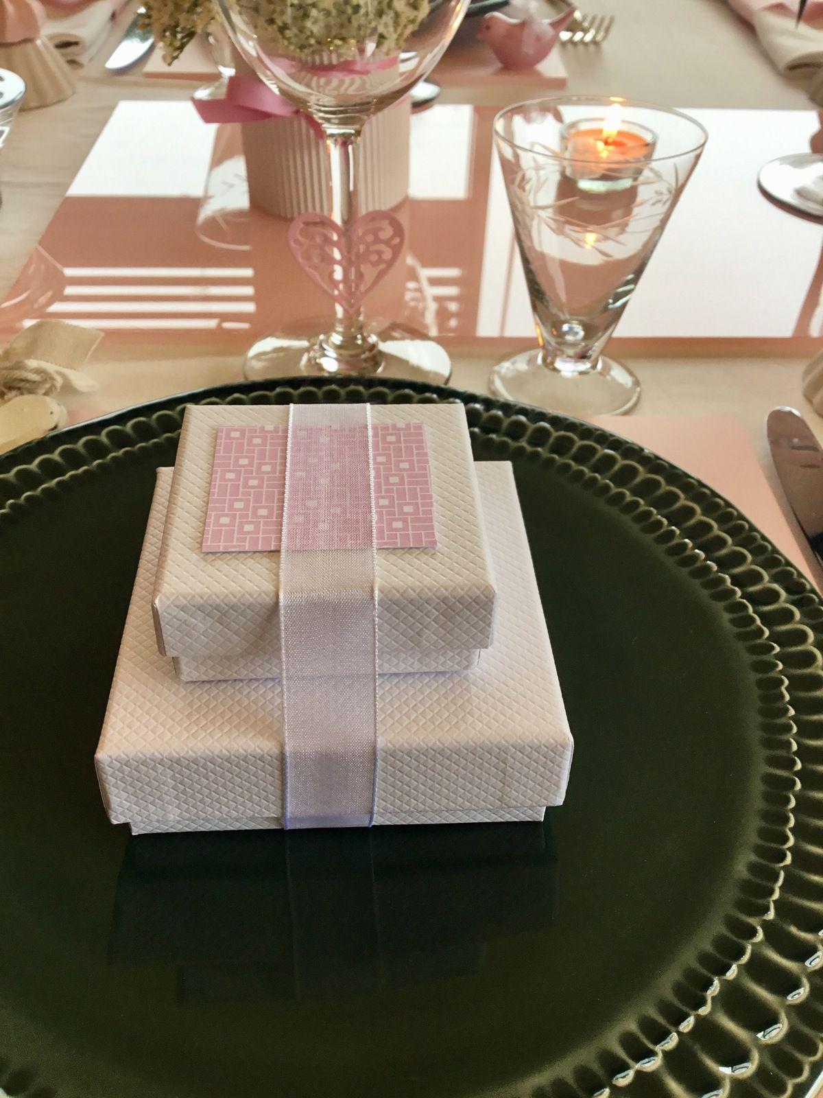 TABLE ROMANTIQUE ROSE ET VERTE