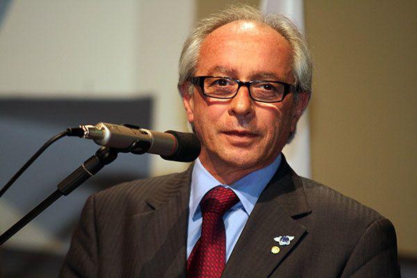 Monsieur Ippolito rend hommage à la France à la suite des attaques qui ont frappés Paris, vendredi 13 novembre.