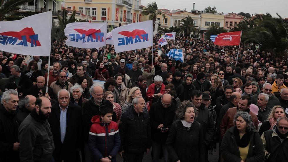 Excédés, des habitants de l'île de Lesbos manifestent contre la construction d'un centre pour « migrants »