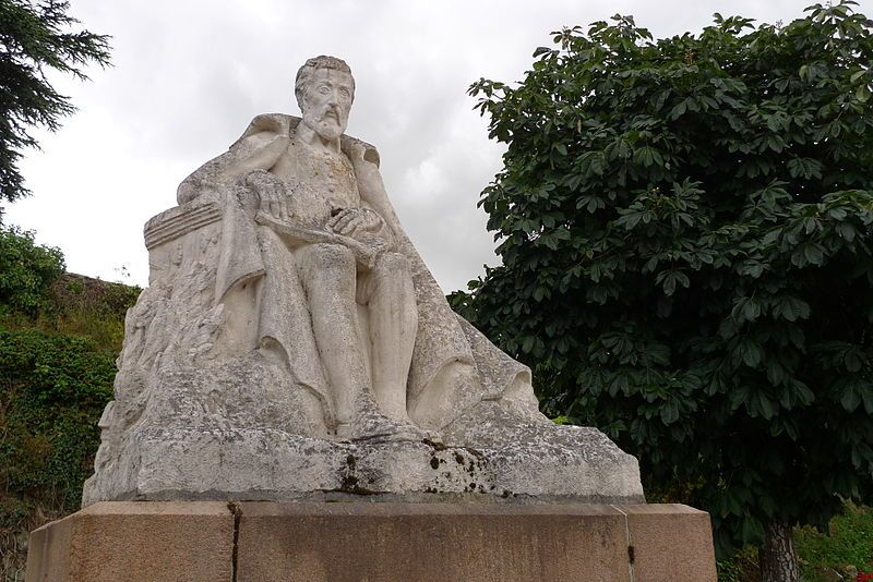 Joachim Du Bellay, sculpture en pierre, Alfred Benon, 1947, Liré © Emmanuelc