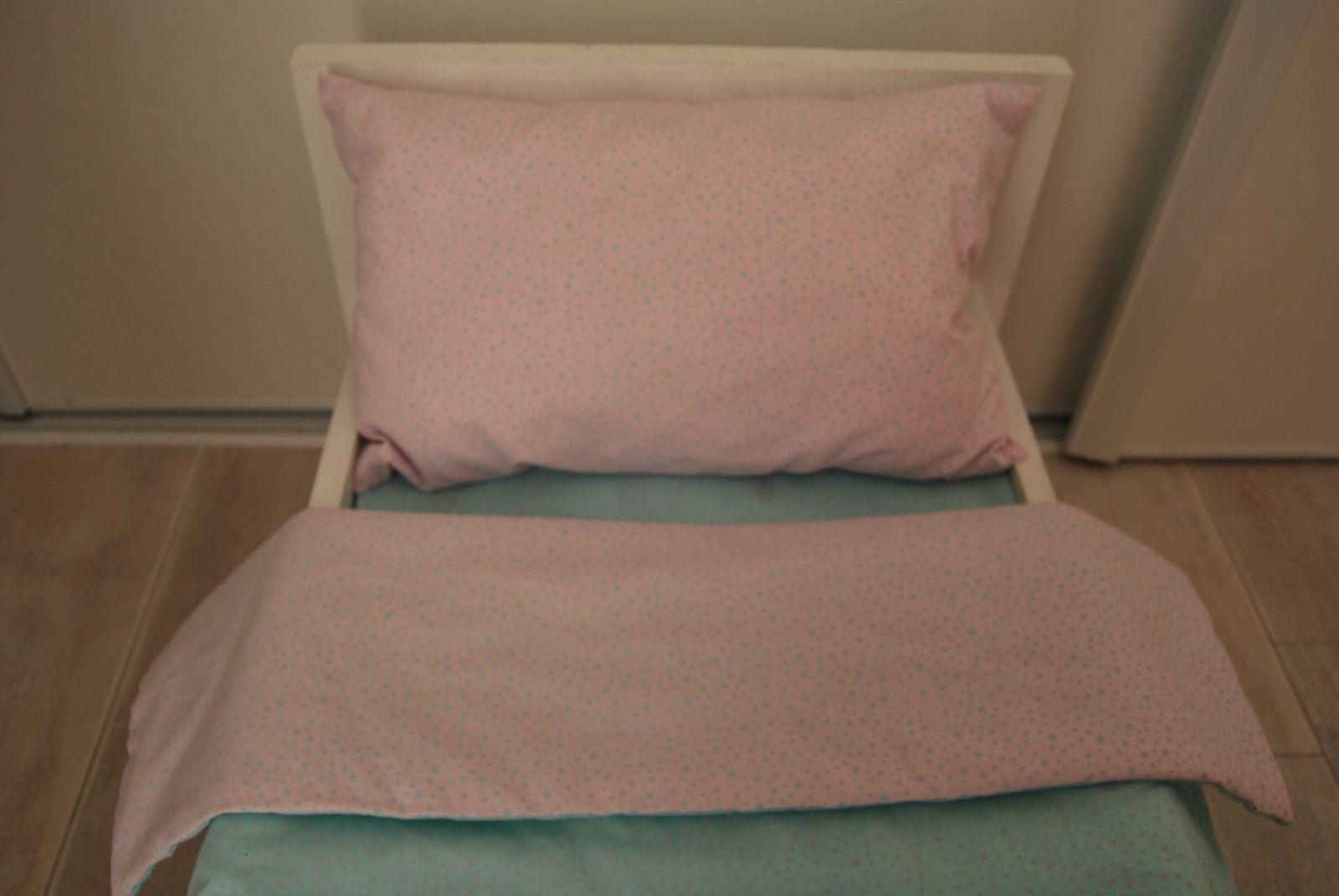Détail de ma parure de lit pour poupée avec du tissu motif étoiles  sur fond rose et sur fond turquoise de Mondial Tissu