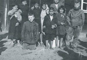 """Le 26 octobre 1940, la Feldkommandantur 549 basée à Orléans ordonne aux autorités françaises de procéder à l'arrestation de tous les nomades du département du Loiret et d 'organiser leur internement. Jacques Morane, le préfet régional, décide d'utiliser l'ancien Frontstalag 153, et le 5 mars 1941, le camp des nomades de Jargeau est officiellement """"ouvert""""."""