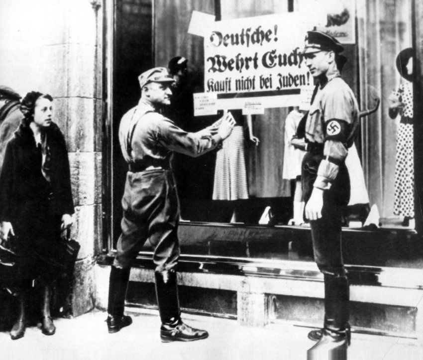 """La nuit de Cristal  (Kristal Nacht 9 nov 1938). le consul général de Grande Bretagne Robert Townsend Smallbones dira """"avoir vécu les pogroms répartis dans tout le Reich allemand, où les synagogues ont été brûlées, vitrines juives ont été brisées et des milliers ont été emmenés dans des camps de concentration et maltraités:"""