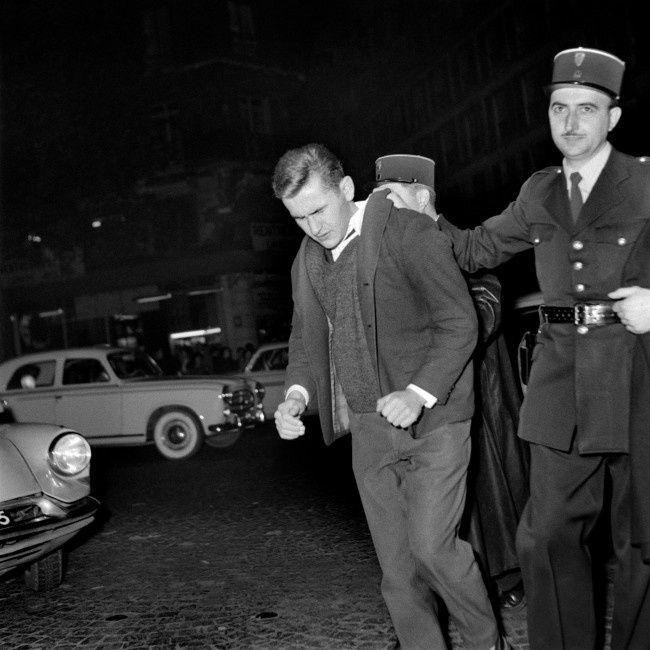Paris le 27 octobre 1960, un manifestant est arrêté par un policier lors d'incidents quand un meeting à la Mutualité pour « la paix en Algérie » est organisé par l'Union nationale des Etudiants de France (Unef) et perturbé par une contre-manifestation - AFP PHOTO