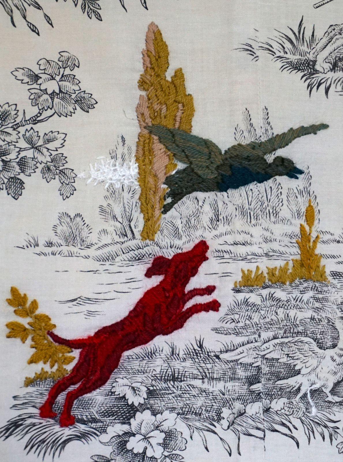 """""""Le chien rouge et l'oiseau"""" Juin 2017, Hauteur : 31 cm, largeur : 22 cm Broderie à la laine d'Aubusson sur un fragment de rideau."""