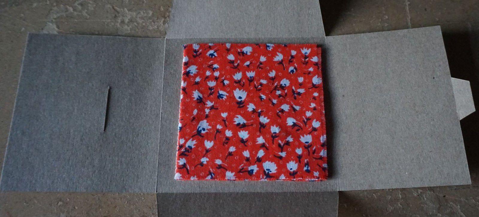 """""""Livret, 6"""", 2019, fragment de tissu brodé au fil de coton, 8 exemplaires numérotés et signés dans leur étui, 11,5 cm par 11 cm."""