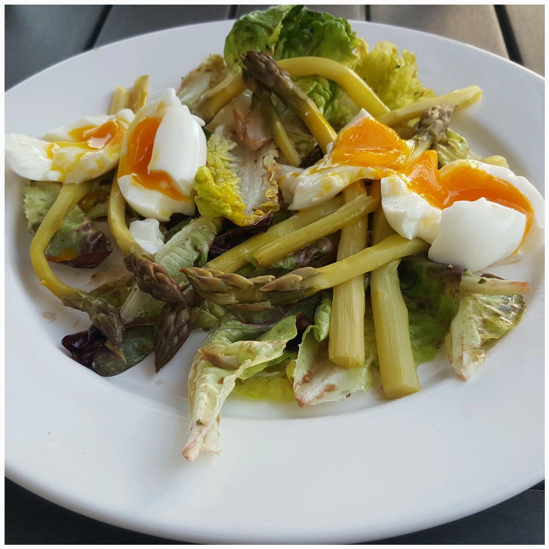 Salade verte aux asperges vertes et aux œufs mollets