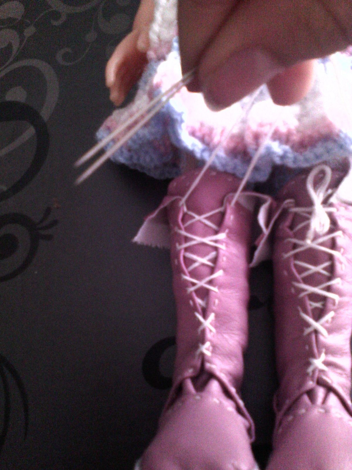 tuto gratuit poupée: Bottes simili cuir rose. (P3 et fin) lacer en double aiguilles
