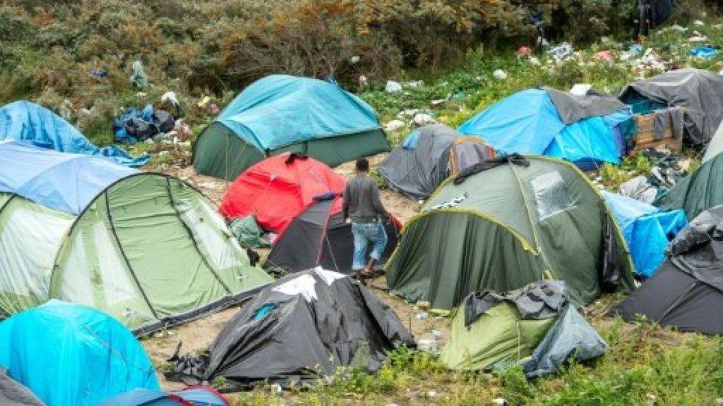 """Caravanes et tentes dans la """"jungle"""" de Calais"""