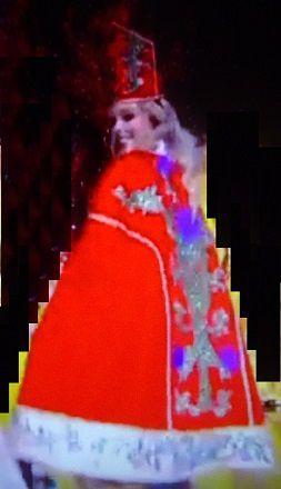 La candidate portait fièrement la cape rouge.