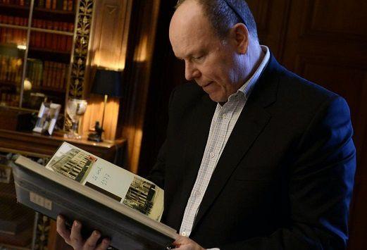 Albert II à la recherche de documents sur ses ancêtres au château picard