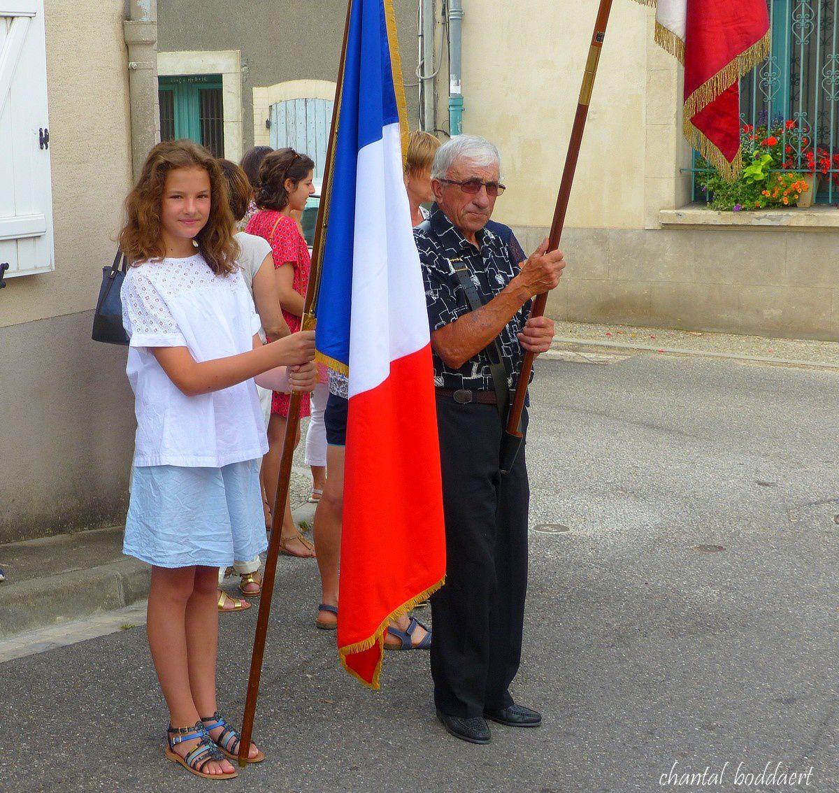Nos porte-drapeaux dont une toute jeune fille Lisa..
