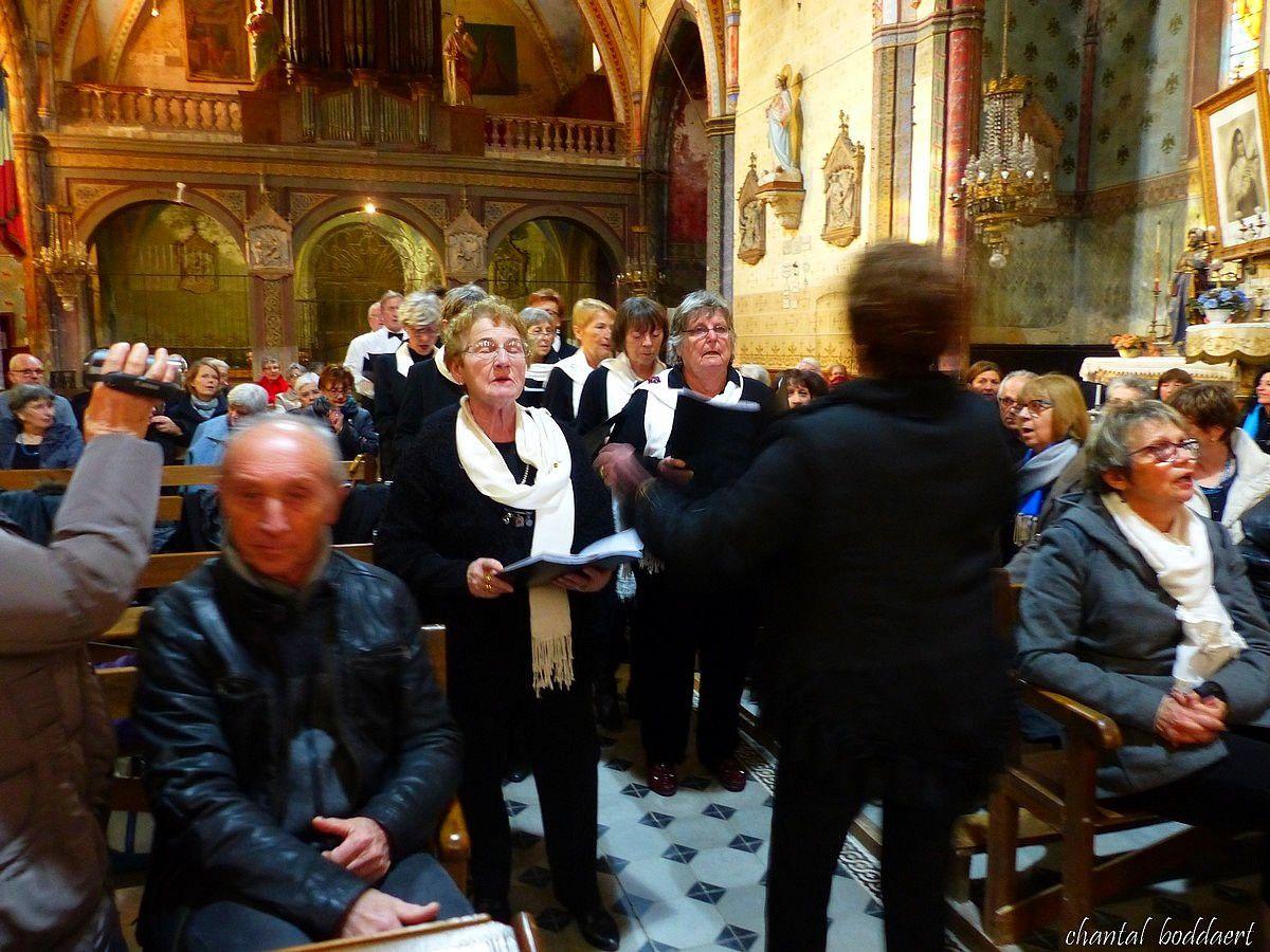Les choristes remontent l'allée centrale en chantant