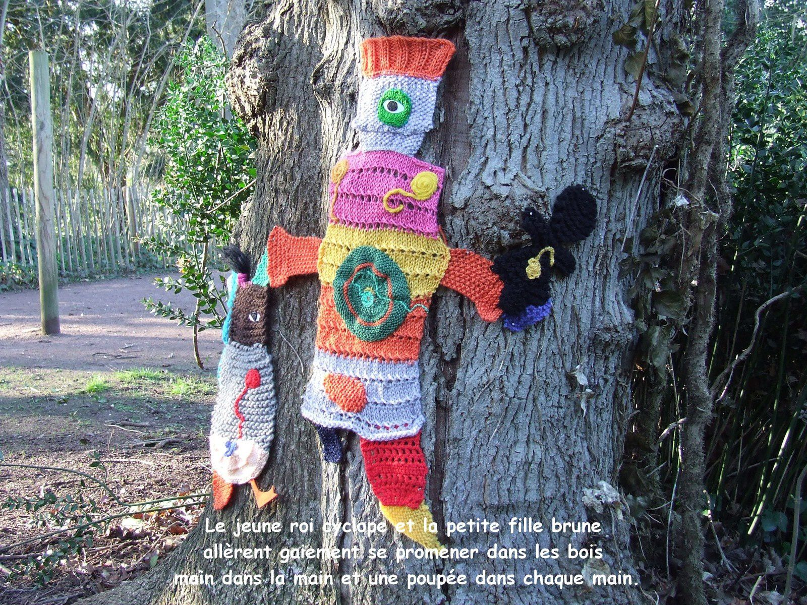Yarn bombing on a tree !