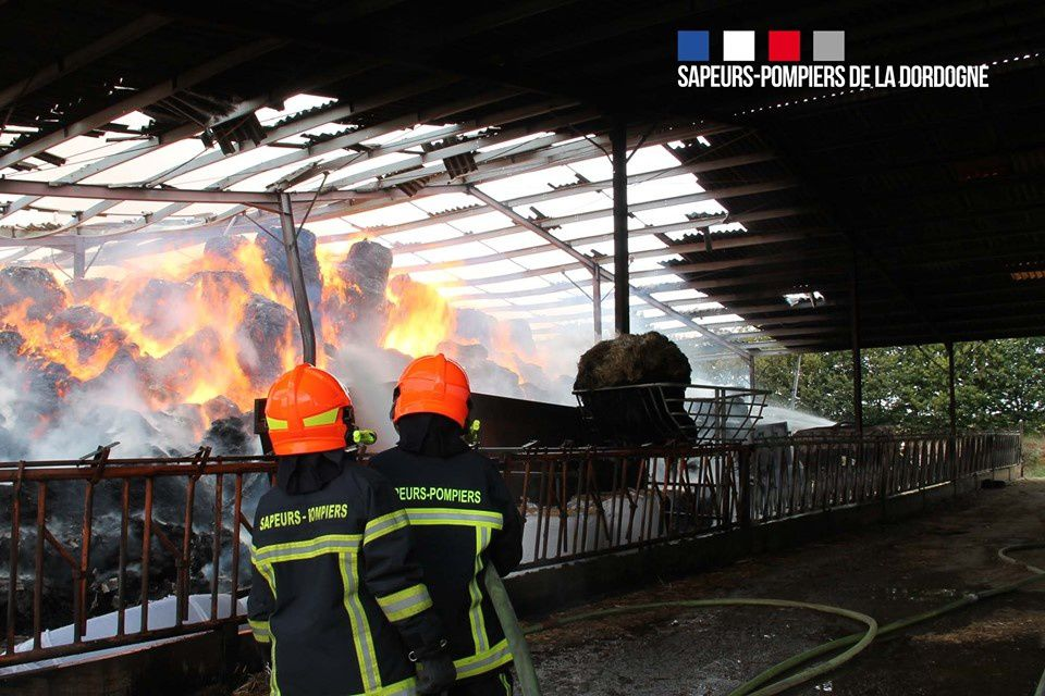Javerlhac-et-la-Chapelle-Saint-Robert (24) - Pompiers Périgourdins et Charentais interviennent pour un feu de bâtiment