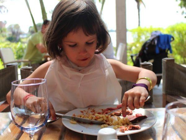 Des assiettes colorées By Club Med