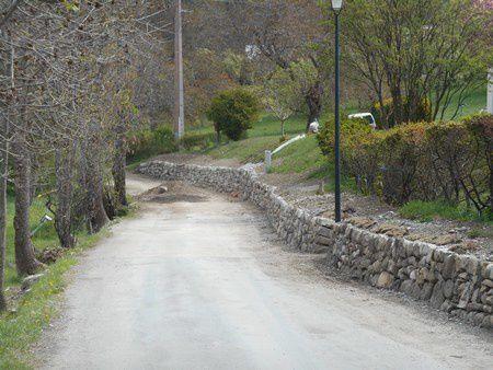 """Restauration d'un soutènement de bord de route du 19ème siècle à baratier (Hautes-Alpes) avec l'association """"Le Gabion"""""""