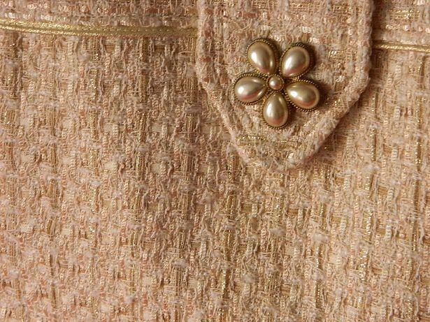 détail du passepoil et de la patte de fermeture, sur la photo de droite on voit bien les rubans dorés dans le tissage du tissu