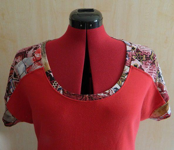 le haut de la robe avec les empiècements en jersey imprimé