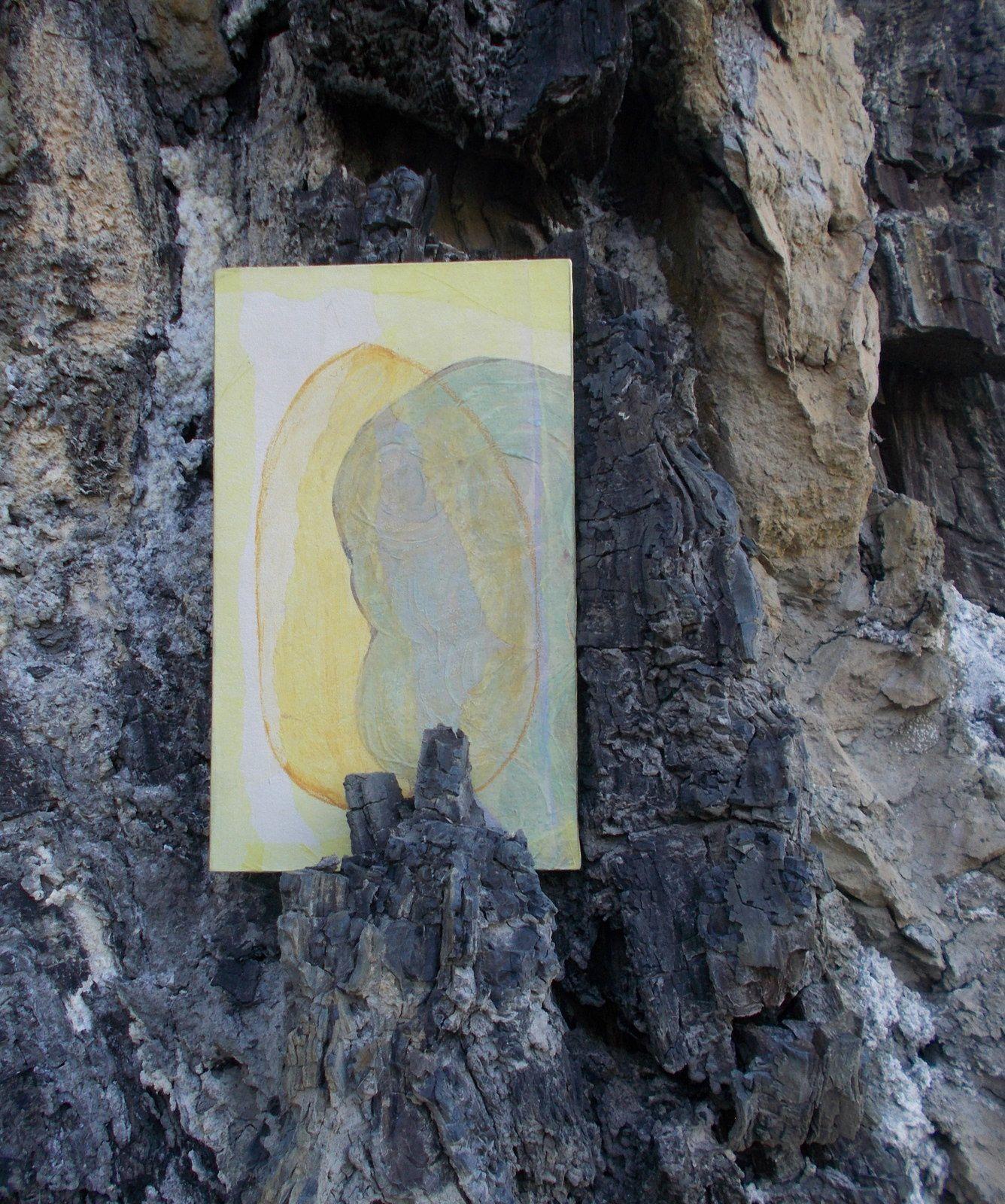 GALETS. Photos du livre d'artiste.Poèmes de Régis Roux . Dessins de Carolina Diomandé. Avril 2017. dernières photos prises au bord de la Galaure...et clin d'oeil de galet dans des racines!
