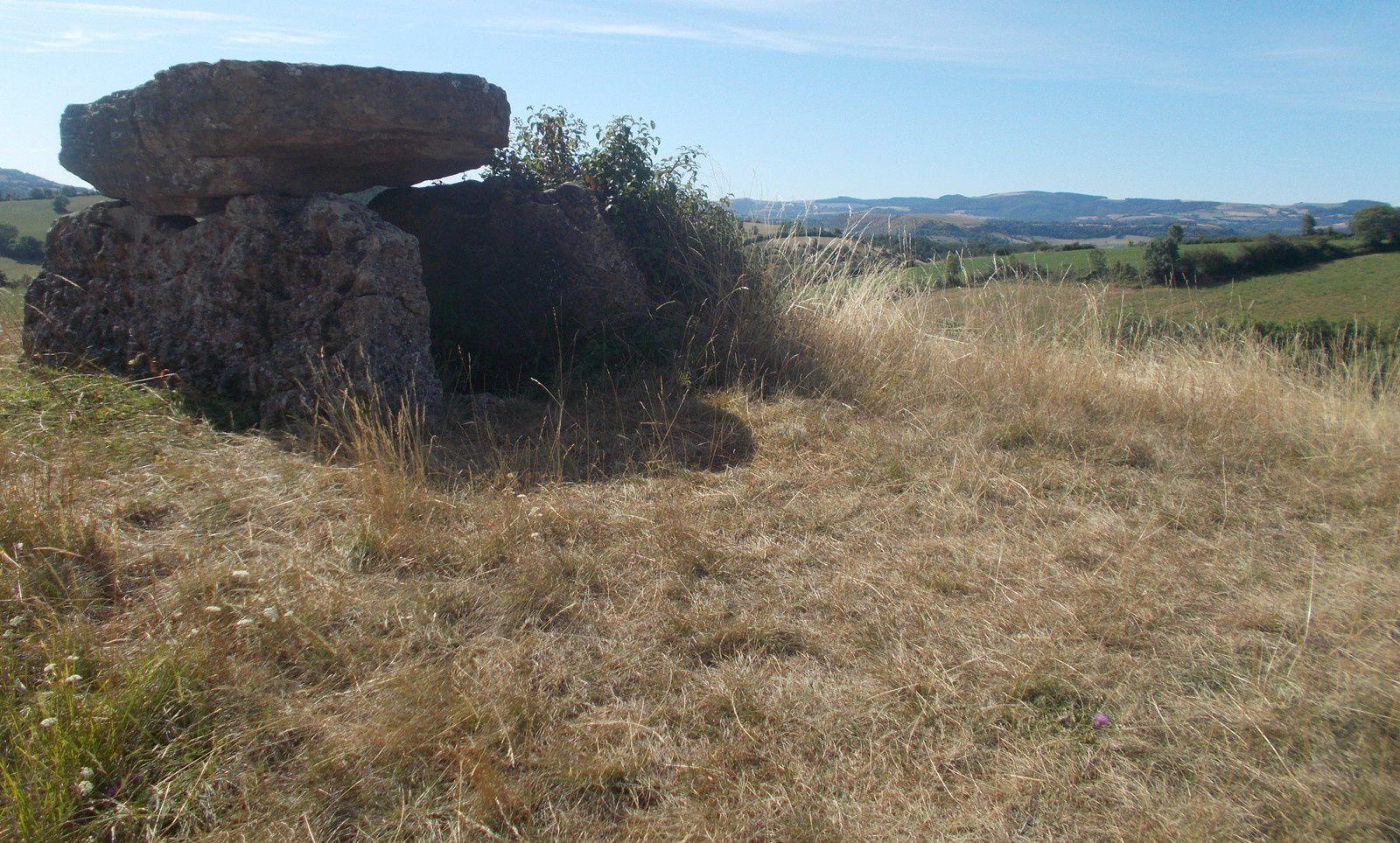 Vitrail et peintures (détails) de Pierre Soulages ( Conques/musée de Rodez), Puech de Wolf, dolmens au sud de Rodez, cimetière marin à Sète. Photos de Régis Roux.