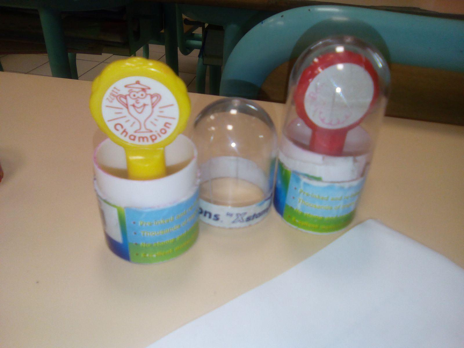 Deux nouveaux arrivés dans la classe: tampons auto-encreurs