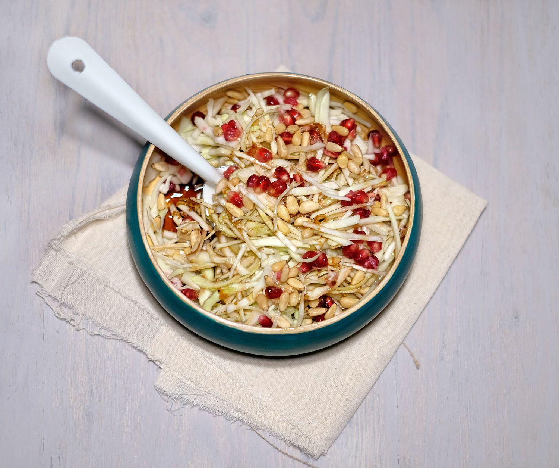 Salade de chou pommé à la vinaigrette douce à la grenade et aux pignons