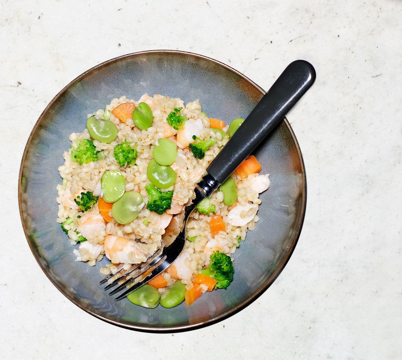 Risotto d'orge perlé aux fèves et aux crevettes