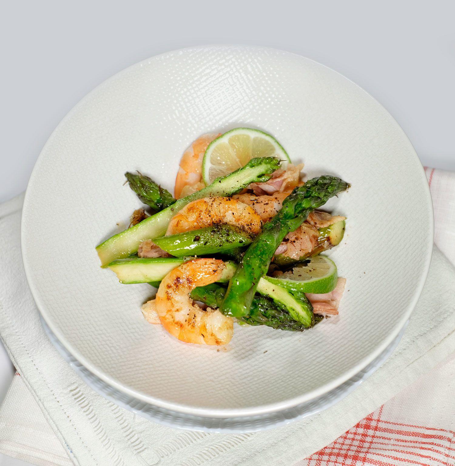 Asperges à la poêle, crevettes, oignons et lard à l'huile de sésame